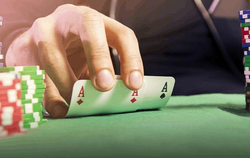 Khi chơi bài áp dụng đòn tâm lý mạnh là cách để đánh lừa đối thủ