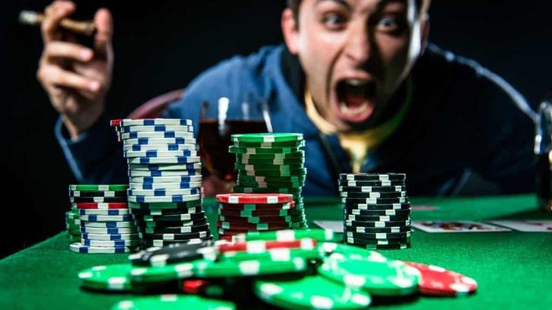 Luôn giữ cho mình một trạng thái tinh thần tự tin là cách đánh lừa đối thủ khi đánh bài
